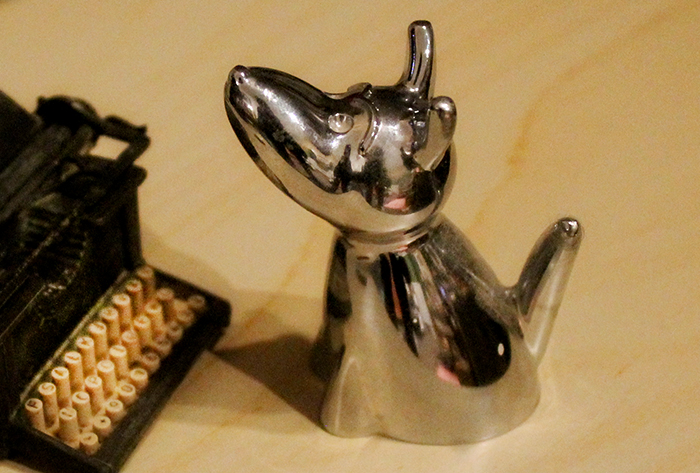remington-typewriter-silver-dog